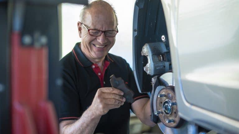 Beat Amacher hat ngut Lachen: Er ist der Autoflüsterer bei am-sportcars
